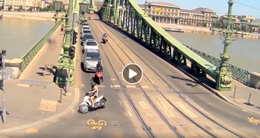 Videóra vett üldözés: járdán akart a robogós egérutat nyerni