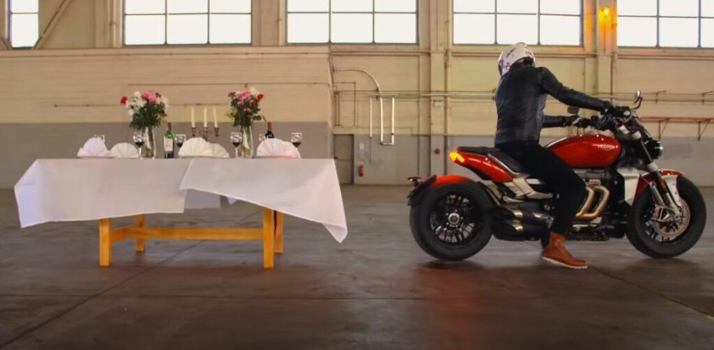 A klasszikus pincértrükk másképp: Triumph Rocket 3 videó