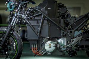 A Kawasaki szakít a tisztán benzines motorokkal